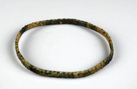 Bracelet à décor couvrant de chevrons Bronze 7,2 cm Période gallo romaine ou antérie