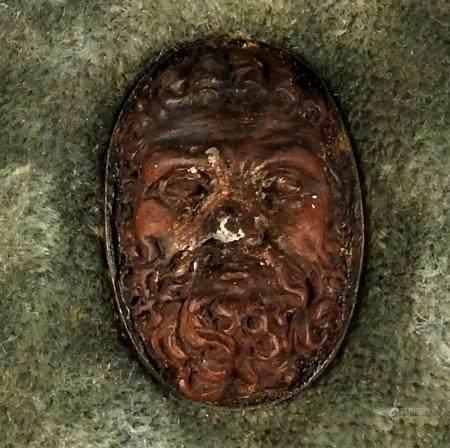 Cadre en bois comprenant un visage sculpté représentant un homme barbu Taille du cadre 14 cm XV