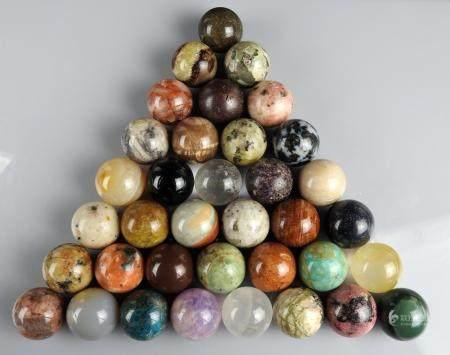 Ensemble de 36 boules de minéraux variés Chaque boule mesure environ 2,5 cm