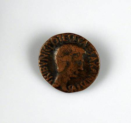 AUGUSTE Bel as d'Auguste aux légendes CAESAR AVGVSTVS TRIBVNIC POTES et C PLOTIVS RVFVS III VIR
