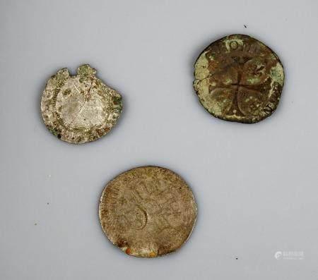 Ensemble de trois monnaies royales en argent dont une contremarquée par une fl de lys