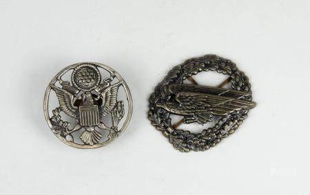 Deux décorations militaires avec des aigles