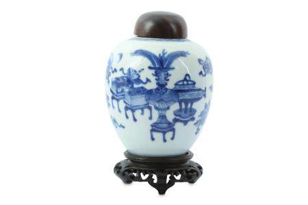 A CHINESE BLUE AND WHITE 'HUNDRED ANTIQUES' JAR.
