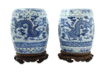 A PAIR OF BLUE AND WHITE MINIATURE GARDEN SEATS.