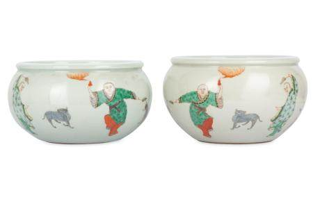 A PAIR OF CHINESE FAMLLE VERTE 'IMMORTALS' JARS.