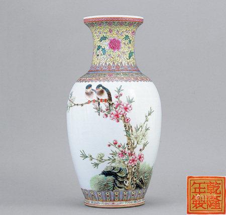 70年代 粉彩春桃鸚鵡圖瓶