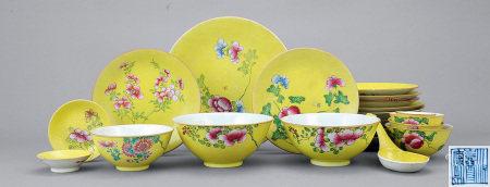清中期 粉彩軋道花卉紋碗碟 一組廿五件