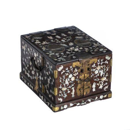 Chinese beauty & jewellery box, 19th