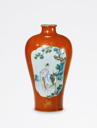 清 乾隆 矾红粉彩开光人物山水纹梅瓶