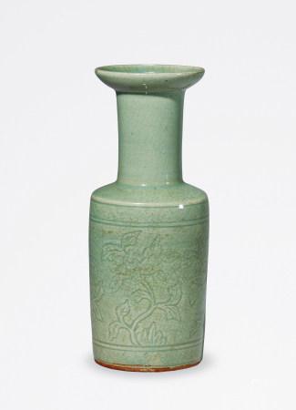 明末 龙泉窑青釉盘口折枝花卉纹瓶