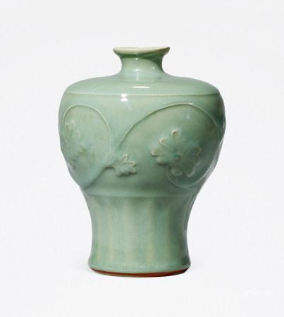 明 龙泉窑青釉刻花卉纹梅瓶