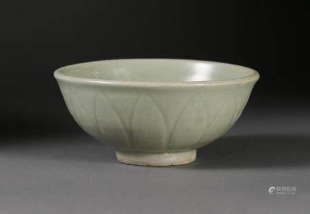 Chinese Longquan Celadon Petal Carved Bowl, Yuan/Ming Dynasty (1127-1279) FR3SHLM