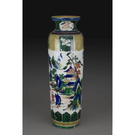 VASE ROULEAU  en porcelaine et émaux polychromes dans le style de Kuta