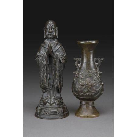 LOT DE DEUX OBJETS   en bronze à patine brune, comprenant un vase à en