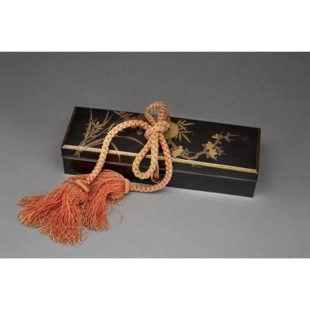 BOÎTE RECTANGULAIRE COUVERTE FUMIBAKO  en laque ro-iro, à décor d'iris