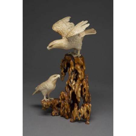 OKIMONO  en os, figurant deux rapaces posés sur une souche naturaliste