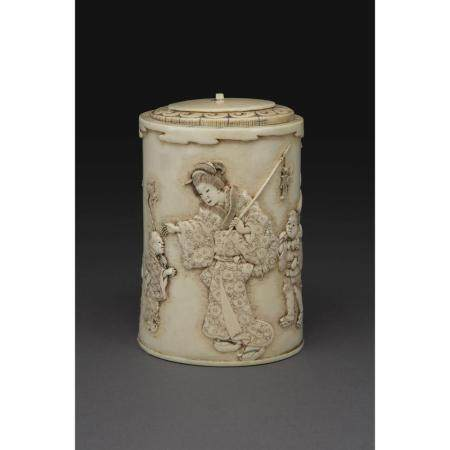 ~ BOITE CYLINDRIQUE COUVERTE  en ivoire, à décor gravé en léger relief
