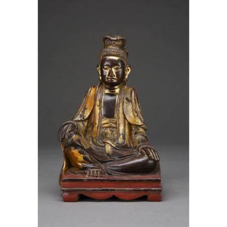 STATUETTE DE GUANYIN  en bois laqué et doré, représentée assise en lal