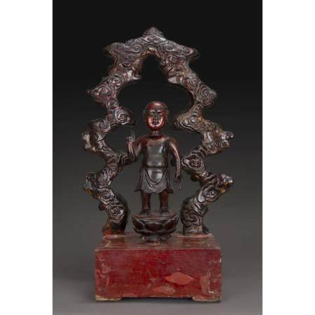 STATUETTE DU BOUDDHA ENFANT  en bois laqué rouge et doré, représenté d