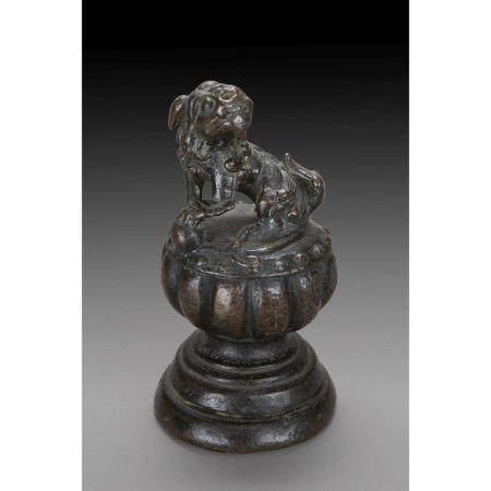 POIDS DE CALLIGRAPHE  en bronze, à panse côtelée, surmonté d'un chien
