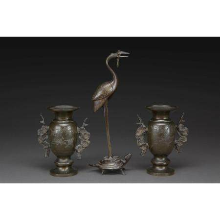 SUITE DE TROIS OBJETS   en bronze, comprenant une paire de petits vase
