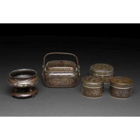 SUITE DE CINQ OBJETS  en bronze patiné, comprenant trois boîtes lentic