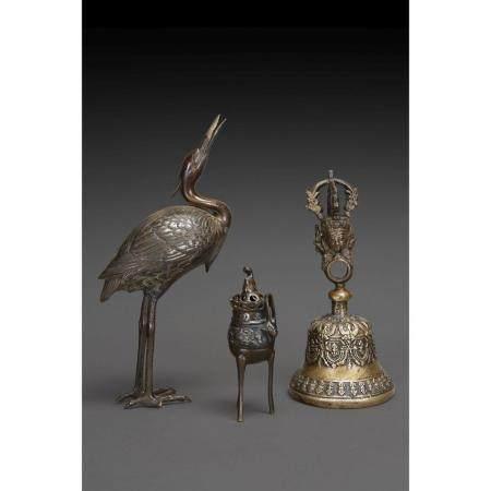 SUITE DE TROIS PIÈCES   en bronze, comprenant une cloche ghanta, à déc