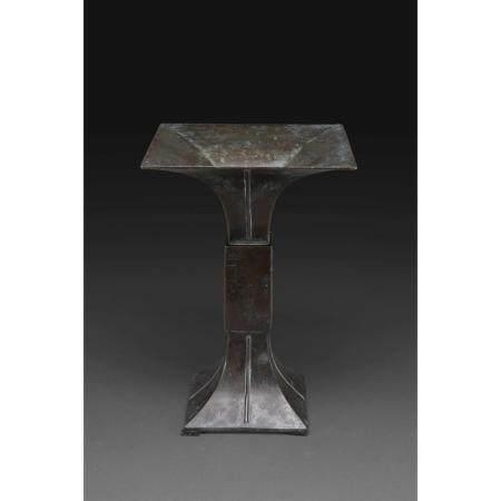 VASE GU DE STYLE CHINOIS  en bronze à patine sombre, des lignes vertic