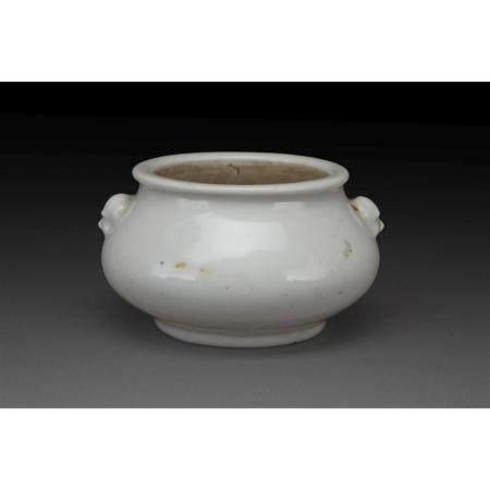 BRÛLE-PARFUM   en porcelaine blanc de Chine, la panse galbée rehaussée