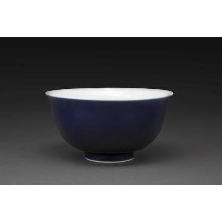 BOL  en porcelaine à couverte monochrome bleu foncé. Marque aporcryphe