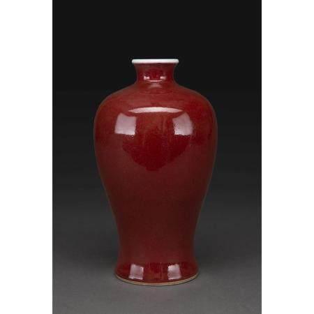 VASE MEIPING  en porcelaine et couverte sang de boeuf.  Chine, XIXe si