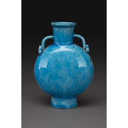 PETIT VASE GOURDE  en porcelaine et couverte turquoise, le col flanqué