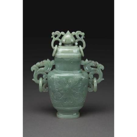 VASE COUVERT  en jade néphrite céladon, la panse flanquée de deux anse