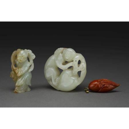 LOT DE TROIS PENDENTIFS  dont deux en jade céladon, l'un sculpté d'un