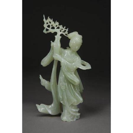 STATUETTE DE JEUNE FEMME  en jade néphrite céladon pâle, représentée d