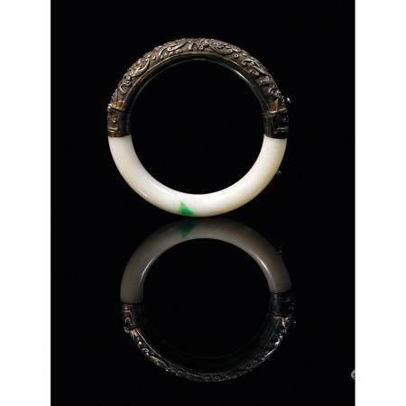 BRACELET JONC  en jadéite blanc céladonné éclaboussé de vert pomme et