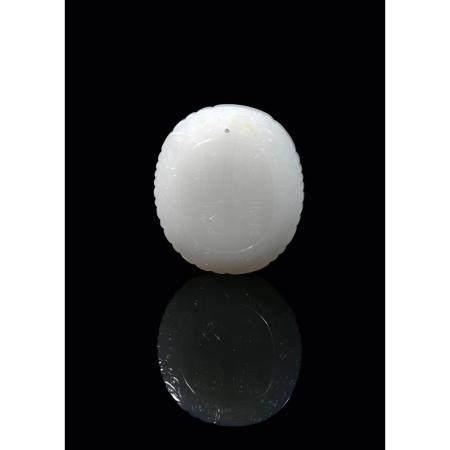 PENDENTIF  en jade néphrite blanc céladonné, de forme ovale, à décor,