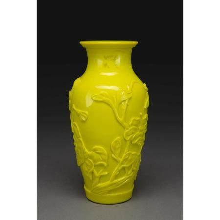 VASE EN VERRE DE PÉKIN  de couleur jaune citron, la paroi à décor moul