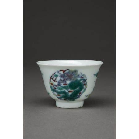 PETITE COUPE   en porcelaine et émaux doucai, à décor de deux dragons