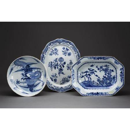 SUITE DE DEUX PRÉSENTOIRS  en porcelaine blanc-bleu, l'un à bord polyl