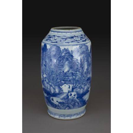GRAND VASE  en porcelaine et émaux bleu de cobalt sous couverte, décor