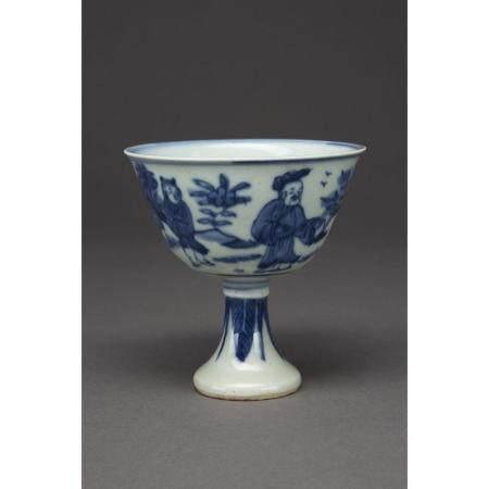COUPE À TALON HAUT  en porcelaine et émaux bleu sous couverte, à décor