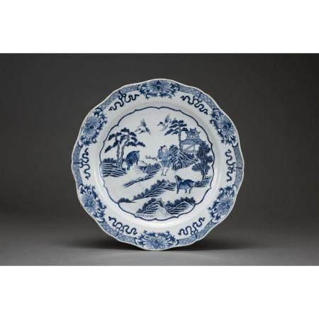 GRAND PLAT POLYLOBÉ  en porcelaine et émaux bleu sous couverte, à déco