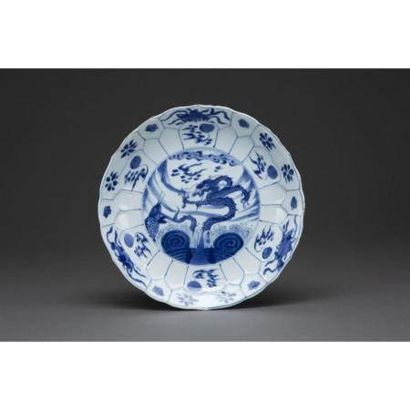 PETIT PLAT ROND   en porcelaine et émaux bleu de cobalt sous couverte,