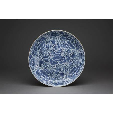 GRAND PLAT CREUX  en porcelaine et émaux bleu sous couverte, orné des