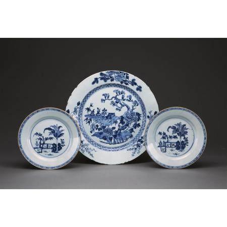 PAIRE D'ASSIETTES ET UN PLAT  en porcelaine et émaux bleu sous couvert