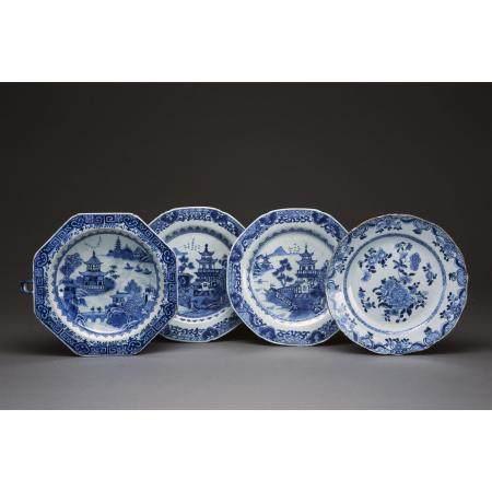 LOT DE QUATRE PIÈCES  en porcelaine et émaux bleu sous couverte, compr