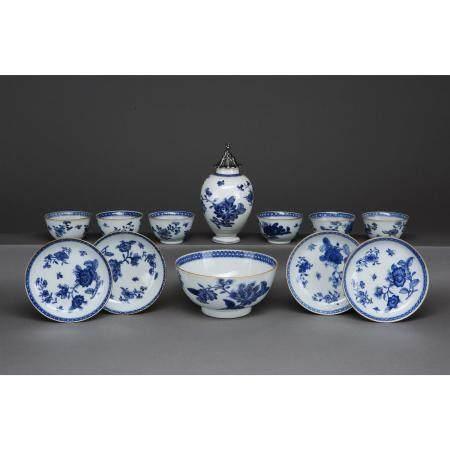 LOT DE DOUZE PIÈCES DE COMMANDE  en porcelaine blanc-bleu et rehauts d