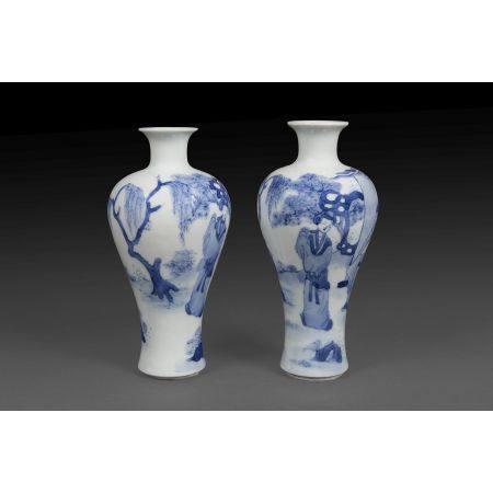 PAIRE DE PETITS VASES MEIPING  en porcelaine et émaux bleu de cobalt s