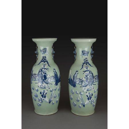 PAIRE DE GRANDS VASES GUANYIN  en porcelaine et émaux bleu de cobalt s